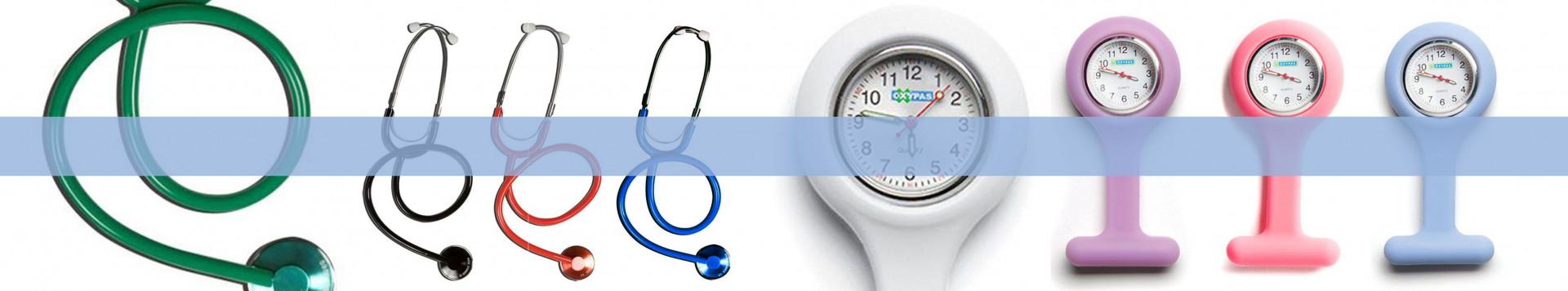 Matériel médical, stéthoscope, montre infirmière, gants à usage unique.